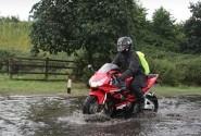 Ini Yang Tidak Boleh Diinjak Ban Motor Saat Kondisi Hujan