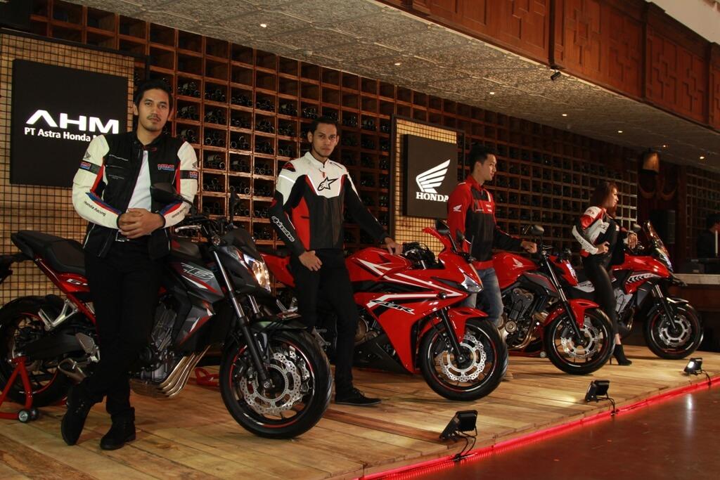 Honda CBR500R hadir dengan dua pilihan warna yaitu Gunpowder Black dan Millenium Red