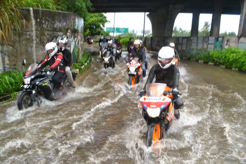Musim Hujan, Jangan Injak ini Dengan Ban Motor