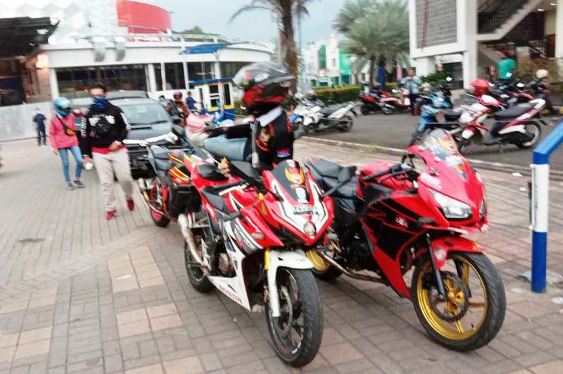 CBR Riders Cibitung Membagikan Makanan Gratis untuk Berbuka Puasa